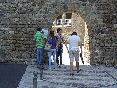 touristes devant la porte.jpg