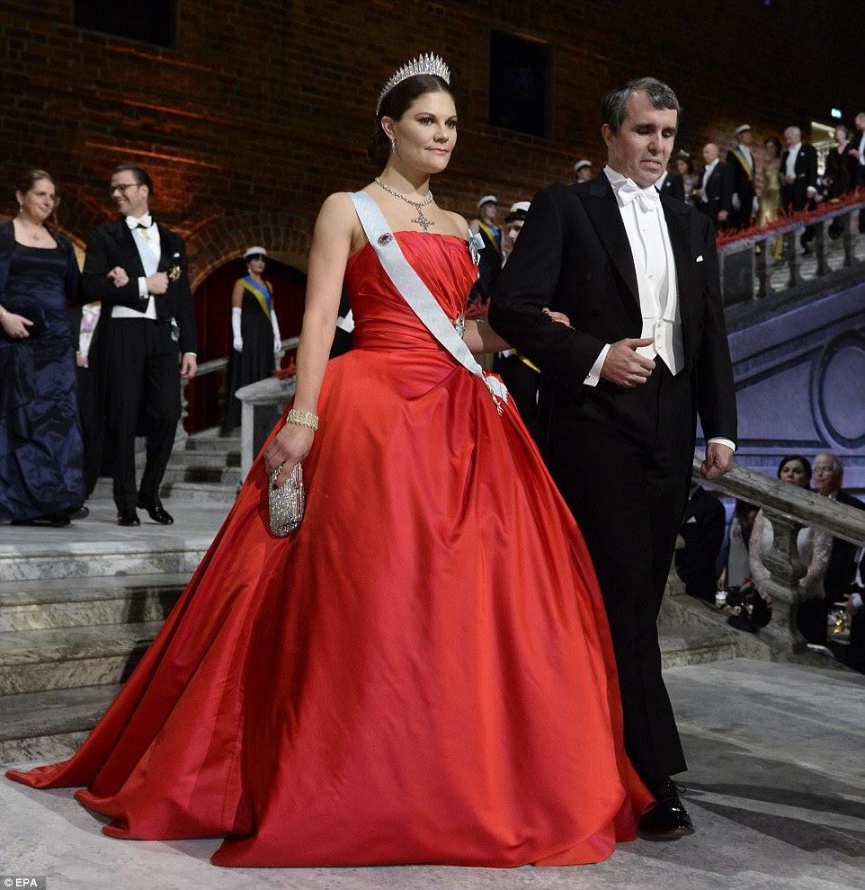 Laureat Nagrody Nobla w dziedzinie chemii Amerykanin Eric Betzig przybywa na uroczystości w nocy z korony szwedzkiej księżniczki Wiktorii