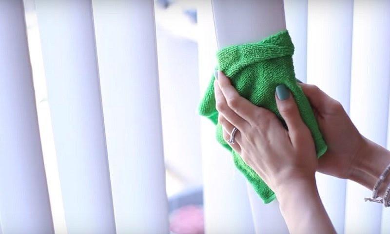 как помыть жалюзи не снимая их