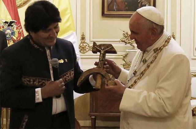 Papa Francisco recebe de Evo Morales um crucifixo em forma de foice e martelo