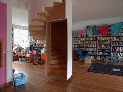 Escada pendurada no meio da sala.