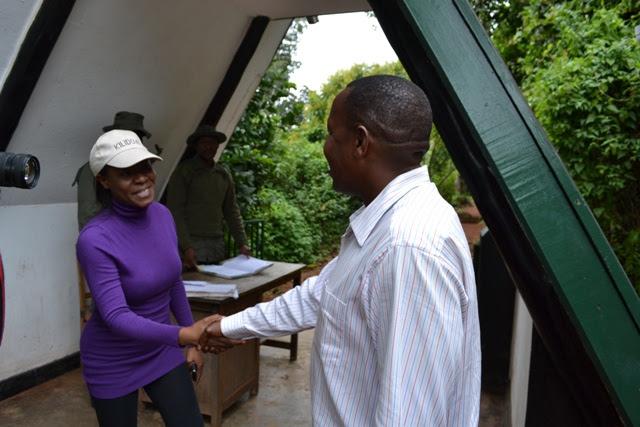 Lady Jaydee akisalimiana na Mhifadhi Mkuu wa Hifadhi ya KINAPA Erastus Lufungilo kabla ya kuanza safari.