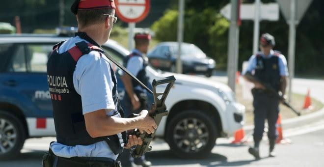 Varios agentes de los Mossos D´Esquadra vigilan en un control en la carretera C-17 a su paso por Ripoll en la operación de cierre de la provincia de Girona por la investigación de los atentados de Barcelona y Cambrils / EFE - Robin Townsend