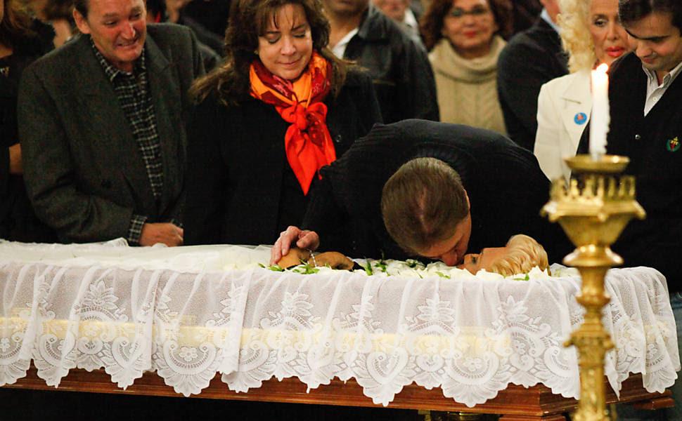 Silvio Santos dá selinho em Hebe Camargo durante velório Leia mais