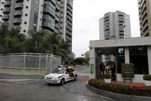 A Operação da Delegacia Fazendária, na segunda-feira, em apartamento em condomínio na Barra da Tijuca, no Rio de Janeiro (Foto: Bruno Gonzalez / Agência O Globo)