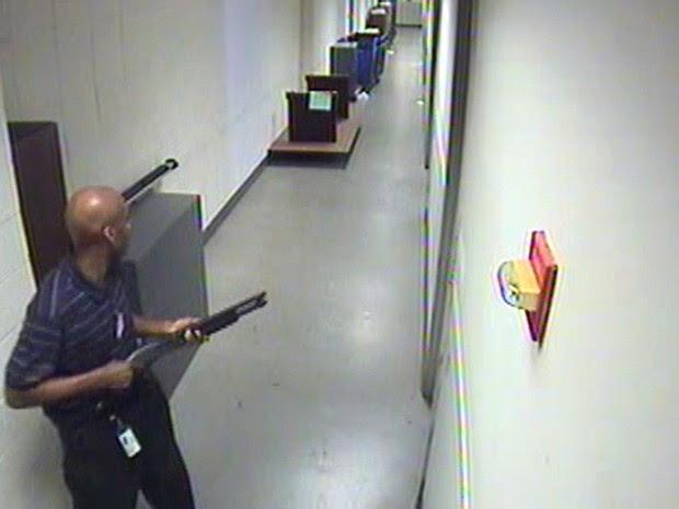 Imagens de atirador que matou 12 em base naval nos EUA.