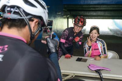 開朗樂觀的黃亭茵(右),在世界的自行車賽事闖蕩,締造自己的人生風景。