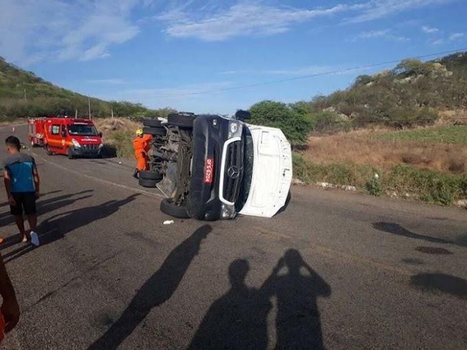 Van com paraibanos capota em Alagoas, uma pessoa morre e 14 ficam feridas