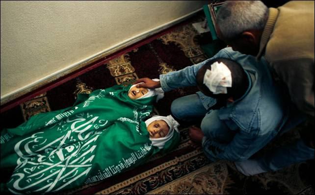 Salama despide sus pequeños, asesinados en un bombardeo el domingo. Reuters
