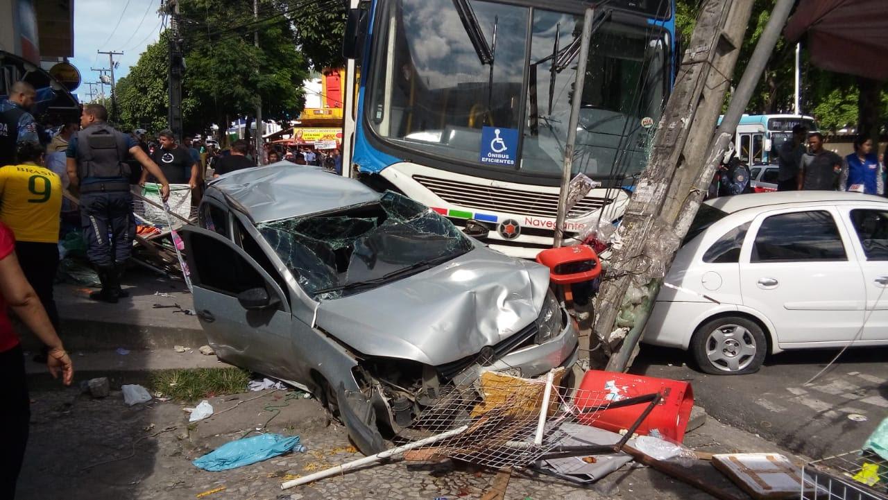 b89670b0 8678 4762 b81c 3b1bde365e53 - VEJA VÍDEO: Motorista de ônibus perde controle, invade calçada, destrói veículos e deixa feridos no Parque da Lagoa