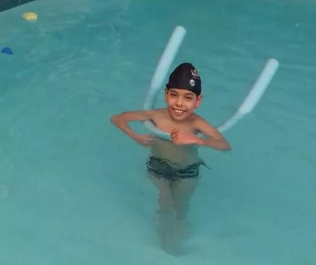 Kaio em uma das sessões de hidroterapia (Foto: Arquivo pessoal)