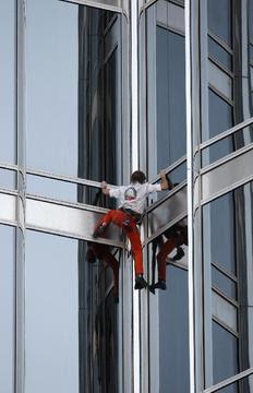 Ο Αλέν Ρομπέρ σκαρφαλώνει στον πύργο του Ντουμπάι.
