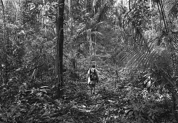 LARANJAL DO JARI, AMAPA. 10/09/2017. Garimpeiro caminha por trilha na Floresta Estadual do Paru no Para, que fica dentro da area da RENCA, a Reserva Nacional de Cobre e seus Associados. ( Foto: Lalo de Almeida/ Folhapress ) CIENCIA ***EXCLUSIVO FOLHA**