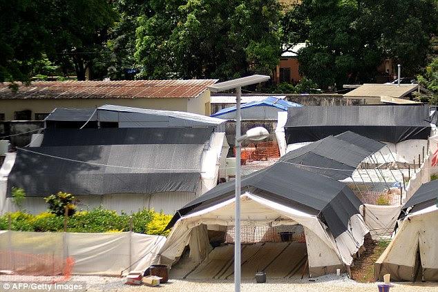 Camping: A ala de isolamento do Hospital Donka, em Conacri, onde as pessoas infectadas com o vírus Ebola estão sendo tratados