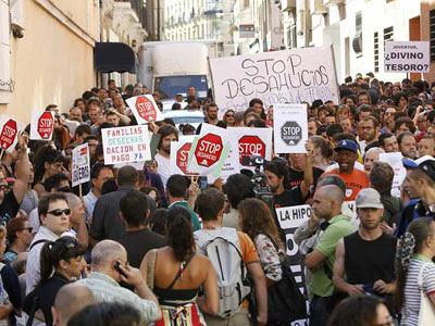 Imagen del primer desahucio abortado por el 15-M en Madrid, hace más de un año.