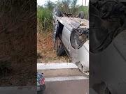 Carro capota fora da estrada em Igarapé Grande
