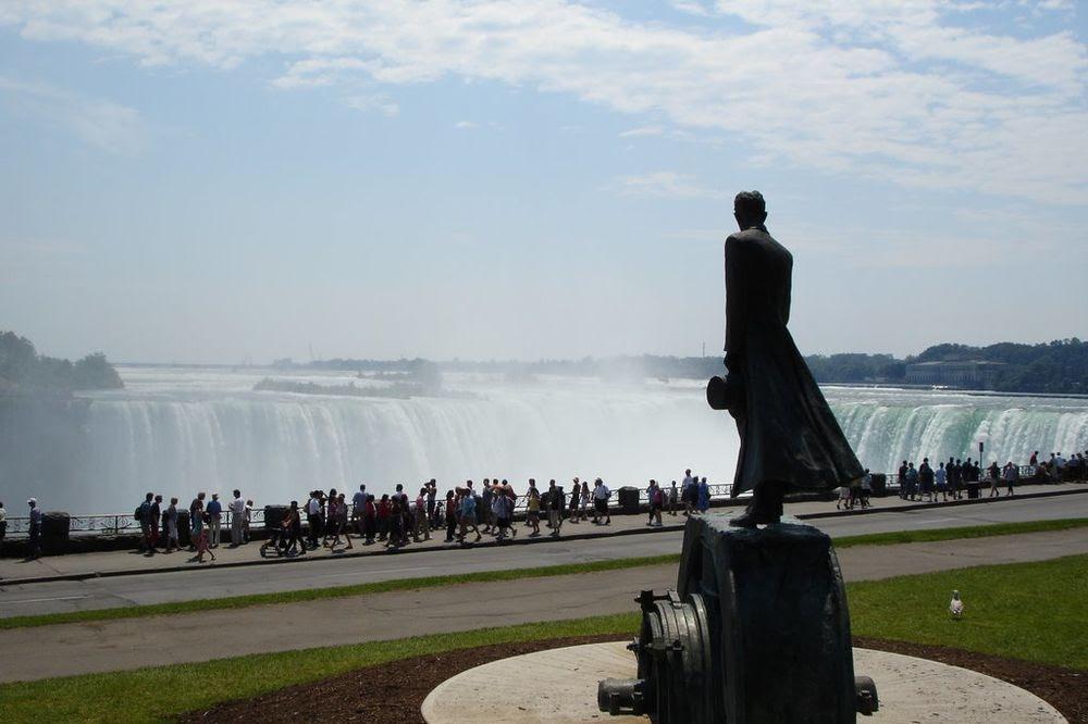 Jerić se založio da u ambijent Nijagare uklopi spomenik Nikoli Tesli visok tri metra s pogledom na reku na kojoj je napravio prvu hidroelektranu