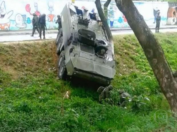 Blindado perdeu o controle após ataque na Maré (Foto: Reprodução / Globo)