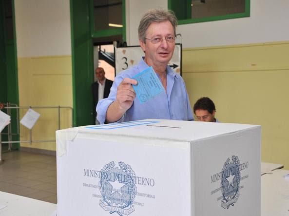 Il candidato sindaco per il centrosinistra Felice Casson al voto
