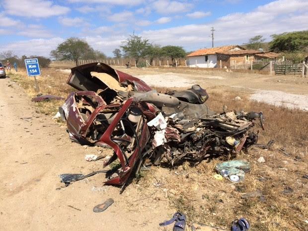 Carro bateu em ônibus de romeiros na BR-232 (Foto: Anderson Melo/ TV Asa Branca)