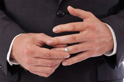 Small Ring Finger Size May Mean Men Have a Better Chance