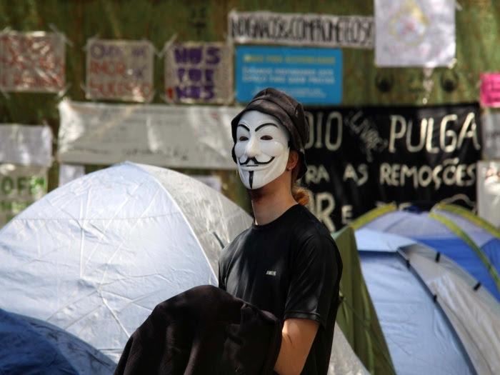"""Manifestantes do movimento """"Ocupe Wall Street"""", que começou nos Estados Unidos, acamparam na segunda-feira (24) em barracas na Cinelância, no centro do Rio..."""