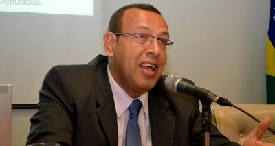 Prisco é multado em R$ 60 mil por outdoors contra Rui