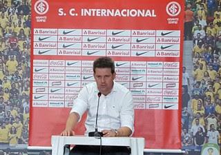 Argel concede coletiva após queda na Primeira Liga (Foto: Hector Werlang)