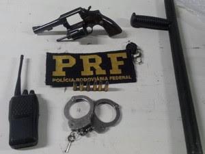 Revólver 38 e munições, entre outros itens, foram apreendidos no carro da Prefeitura de Quatro Barras (Foto: Divulgação/PRF)