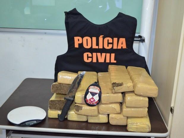 Droga estava escondida dentro de uma geladeira, segundo polícia (Foto: Magda Oliveia/ G1)
