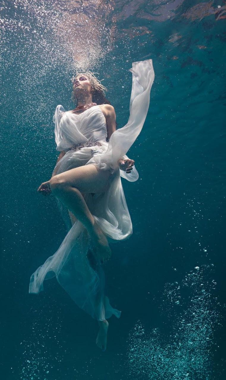 Сексуальная девушка плывет под водой