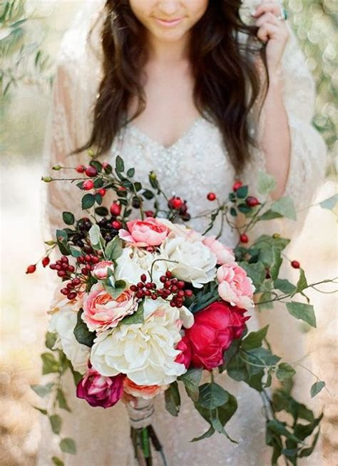 10 Overflowing Bridal Bouquets To Gather Inspiration From