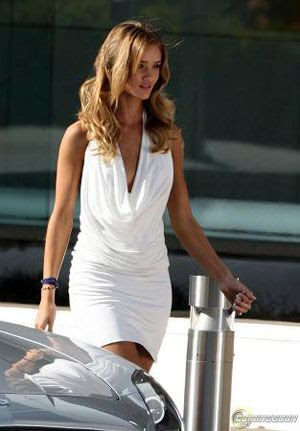 Rosie Hungtington-Whiteley wearing white in TRANSFORMERS 3.