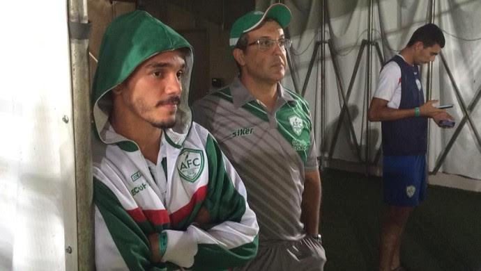 Felipe Moreira e Anthoni Santoro, técnico do Alecrim, antes do jogo (Foto: Augusto Gomes/GloboEsporte.com)
