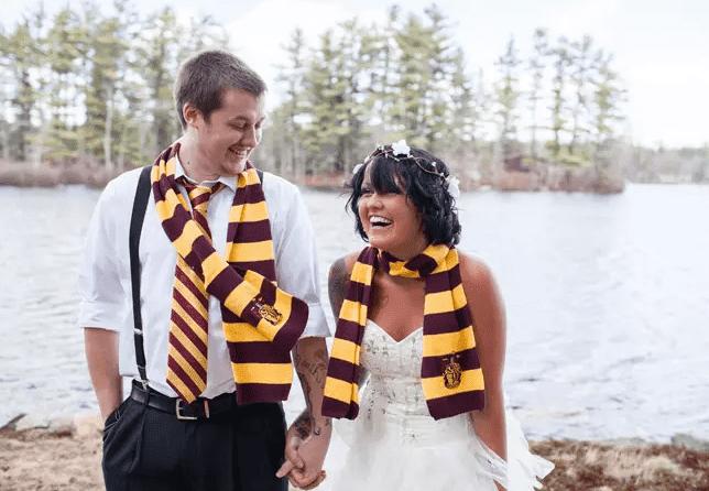tragen Gryffindor Schals und Ihrem Bräutigam können auch hinzufügen, ein Band zu bringen, ein Harry-Potter-Geschmack