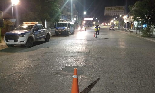 Personal municipal y la policía realizan controles nocturnos