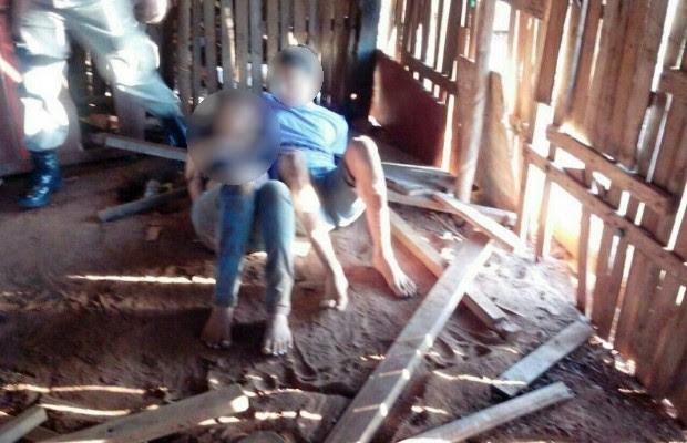 Vítimas foram achadas amarradas com correntes e coleiras de cachorro em barraco abandonado, em Mineiros, Goiás (Foto: Divulgação/PM)