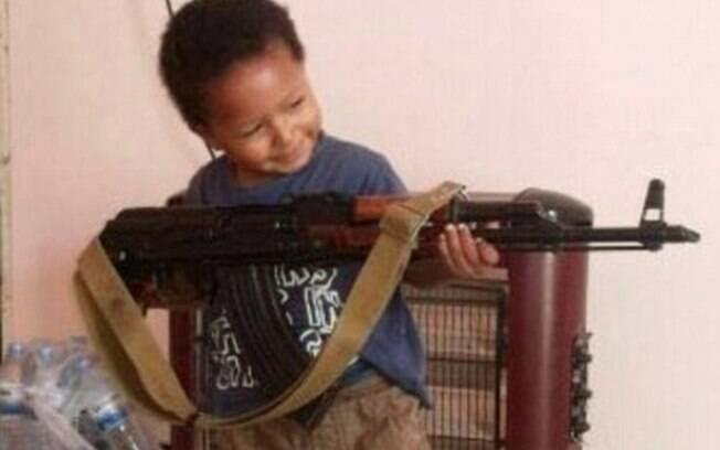 Em foto publicada em julho, garoto de quatro anos aparece com arma usada por guerreiros do EI