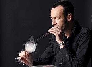 Máquina francesa transforma doces, inicialmente líquidos, em vapores que podem ser aspirados com um canudo de vidro