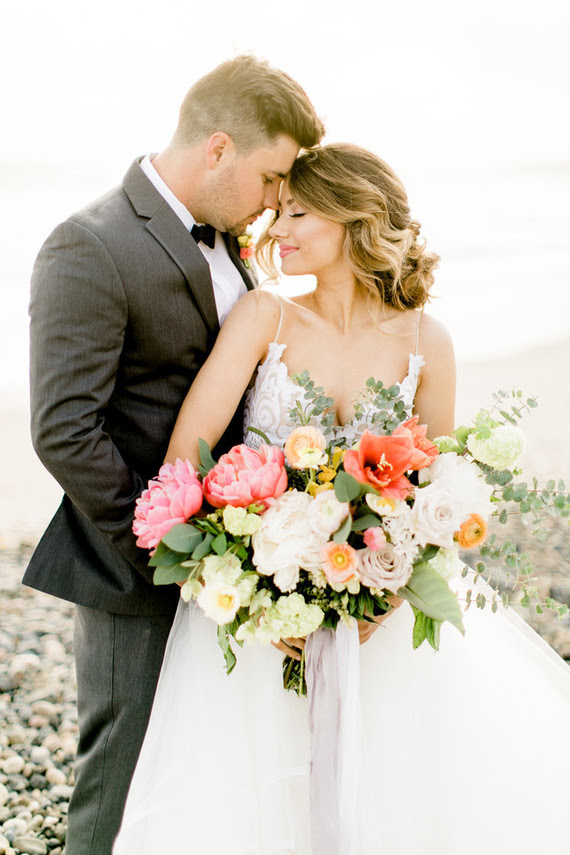 Diese wunderschöne Hochzeit-Shooting wurde inspiriert durch die Tropen-und Zitrusfrüchte, voll Fett Farbtöne und zeitlose Eleganz