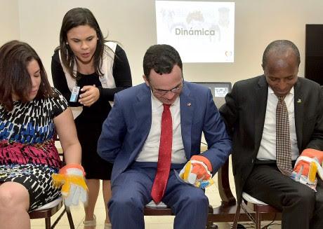 imagen Ministro Andrés Navarro junto a autoridades educativas sentados probando sistema para la inclusión educativa