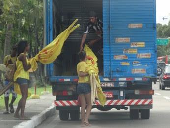 Caminhão recolhe material de campanha da Frente Popular na Agamenon Magalhães (Foto: Renan Holanda/ G1)