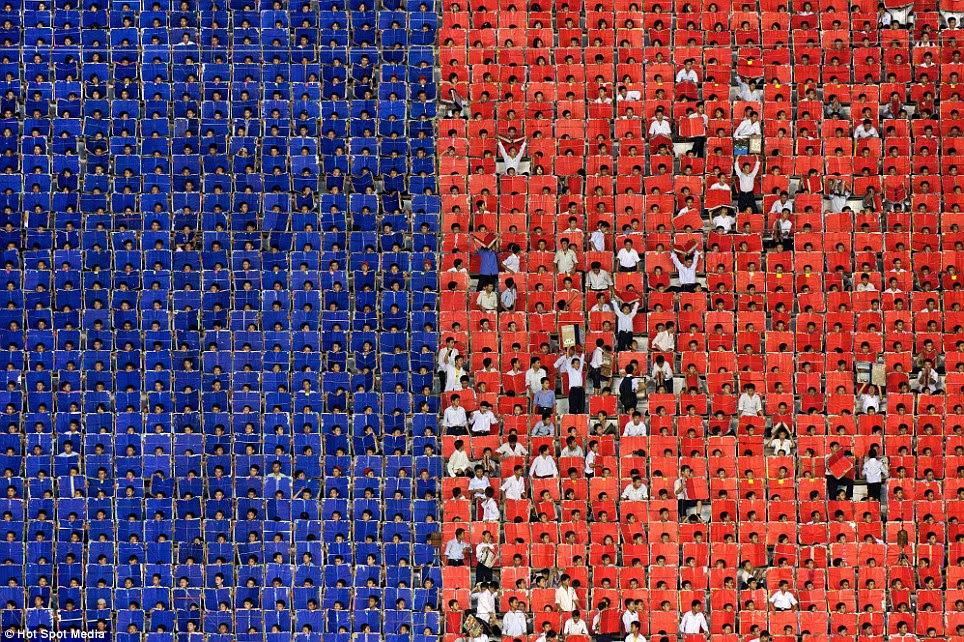 Quebrando fileiras: Alguns dos artistas saltar com alegria como eles exibem as cores da bandeira norte-coreana