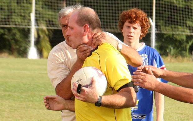 Edesio Weber arbitro estrangulado amador SC (Foto: Lucas Colombo / Jornal A Tribuna)