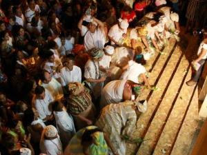 Após a Santa Missa adeptos do candomblé lavam as escadarias da Igreja Matriz (Foto: Divulgação/ Prefeitura de Corumbá)