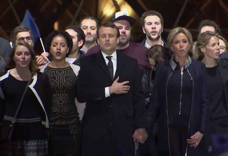 http://img.20mn.fr/99NuHxE2T_2tSMcDy-rTig/2048x1536-fit_emmanuel-macron-president-elu-accompagne-epouse-brigitte-trogneux-esplanade-louvre-7-mai-2017-paris.jpg