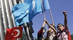 Jeunes ouïgours brandissant le drapeau du Turkestan lors d'une manifestation à Istanbul