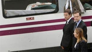 Ver vídeo  'Mariano Rajoy visita el lugar del accidente ferroviario en Santiago de Compostela'