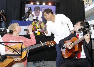 El presidente de Ecuador, Rafael Correa, conversa con unos músicos mientras retransmite su habitual programa de los sábados, este sábado desde la Ciudad de las Artes y las Ciencias de Valencia.