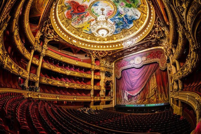 Το Palais Garnier, χτίστηκε το 1861. Είναι από τα πιο διάσημα κτίρια του Παρισιού και ένα από τα πιο φημισμένα θέατρα όπερας του κόσμου.